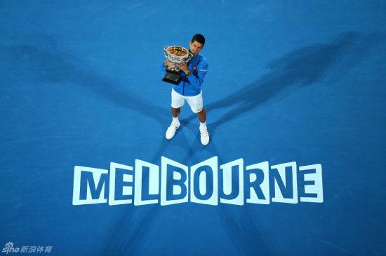 小德第五次捧起澳网冠军奖杯