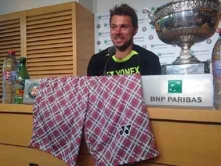 瓦林卡将花短裤放到桌子上