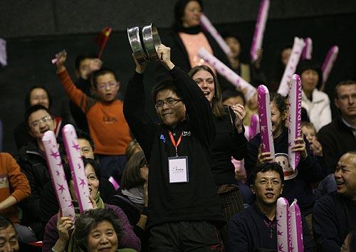 图文-联合会杯首轮中国队1-0法国队欢腾的球迷