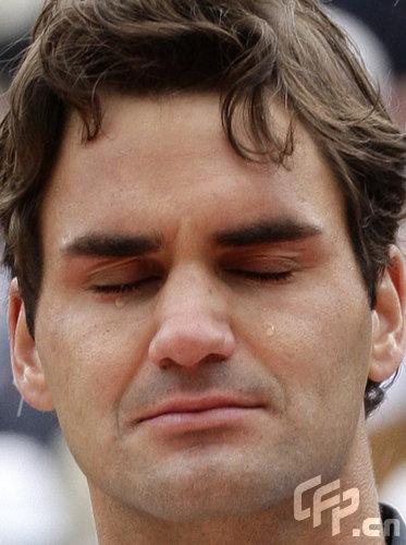 图文-09年法网男单颁奖典礼费德勒满脸幸福之泪