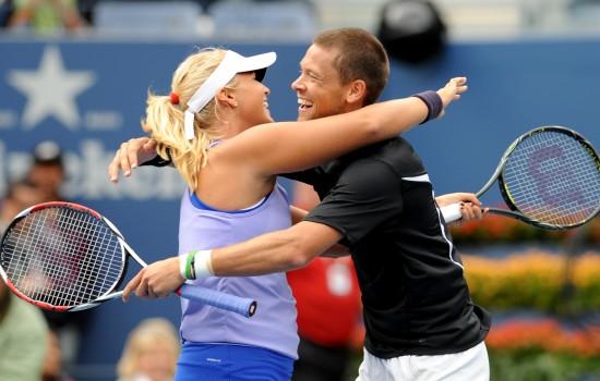 图文-帕洛特组合夺得美网混双冠军相互拥抱