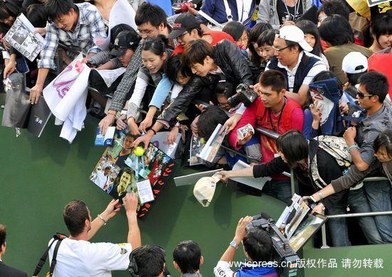 图文-萨芬无缘上海大师赛16强热情给粉丝们签名