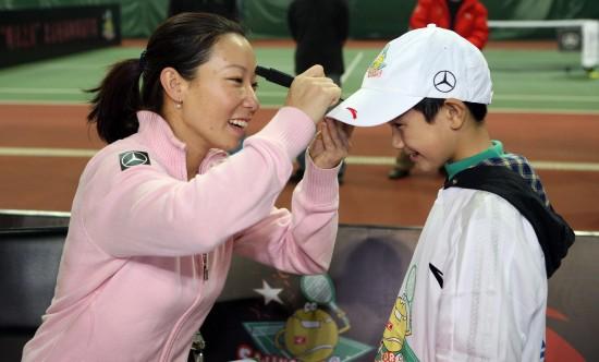 """图文-""""郑洁训练营""""在北京举办给学生们签名"""