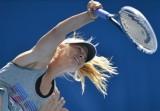 莎娃练习发球