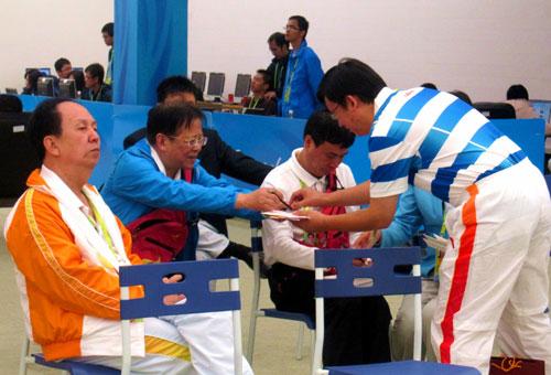 中国国象队教练叶江川找胡荣华签名