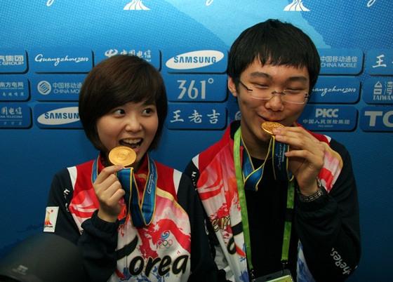 韩国组合展示金牌