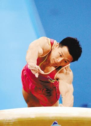 中国队队长陈一冰在跳马比赛中。