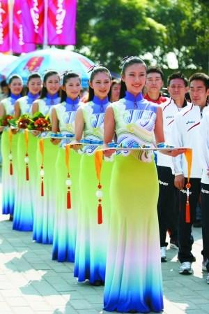 11月14日,广州奥体中心,男子10米气手枪颁奖仪式前,礼仪小姐列队等待。