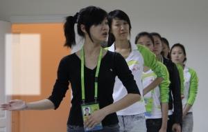 """重庆女孩打造美丽亚运 广州亚运会颁奖礼仪小姐,是公认的亚运最美风景线。300多名亚运礼仪小姐背后的20多名礼仪主管,则是""""美丽工程""""背后的保驾护航者。 她是华南理工大学的二年级研究生,她是所有广州亚运礼仪主管中为数不多的学生妹,她离开家乡到广州打拼6年,她是礼仪? onkeypress="""