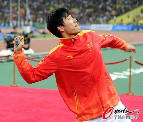 刘翔假装要将金牌甩上看台