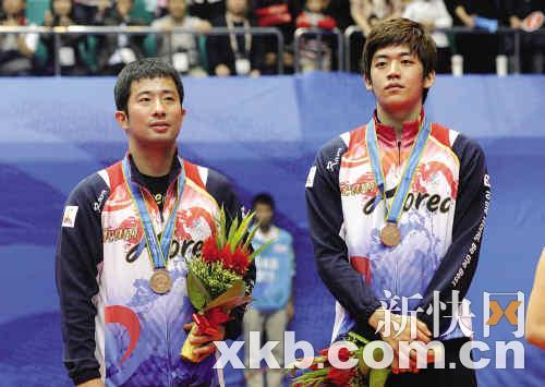 郑在成(左)在领奖台上
