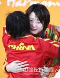 两小美女拥抱