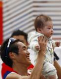 冠军选手举起孩子