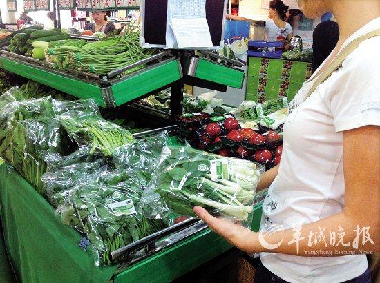 """在""""青怡""""销售区,蔬菜都贴绿色的""""有机产品""""标签 羊城晚报记者 谭超 摄"""