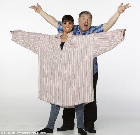 功夫不负有心人,罗素用两年多的时间减掉70公斤的肥肉,同时还和妻子出版了健身光碟。