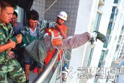 小刘被安全援救到11楼阳台上。图片来源:贵州都市报