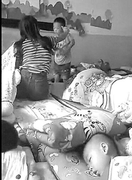 视频显示,女教师正在抽打男孩