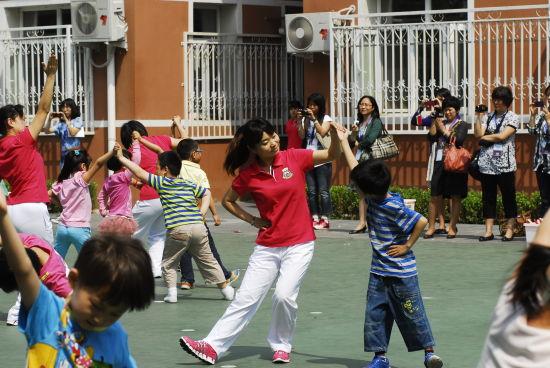 郭老师和孩子们共舞、游戏。