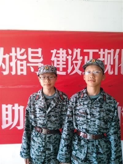 徐路桥(左)和周裕人(右)在北师大军训上合影。 新京报见习记者 贾世煜 摄