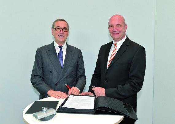 大众汽车集团人力资源董事诺依曼博士 (左)与集团劳资委员会主席贝尔纳德攠斯特洛签署成立集团人力资源学院的协议